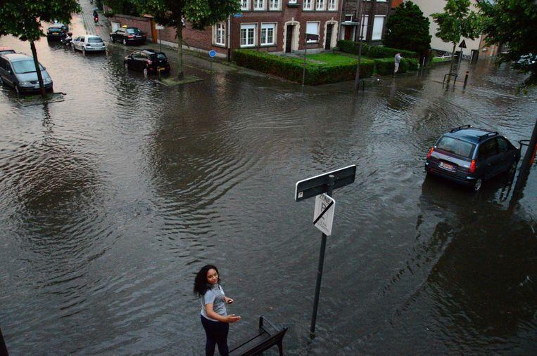 Archieffoto van een overstroomde Otterstraat in 2016.