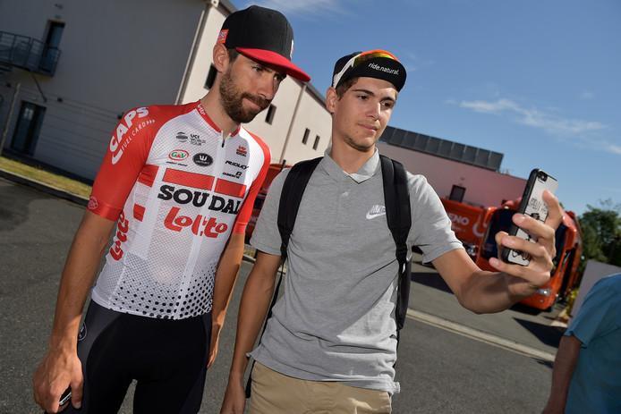 Ritwinnaar Thomas de Gendt gaat op de foto met een supporter.