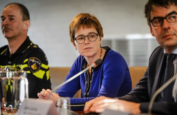 Burgemeester Miranda de Vries geflankeerd door Lute Nieuwerth (links, districtschef politie) en John Lucas (officier van Justitie).