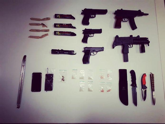 De politie trof meerdere echt lijkende wapens aan.