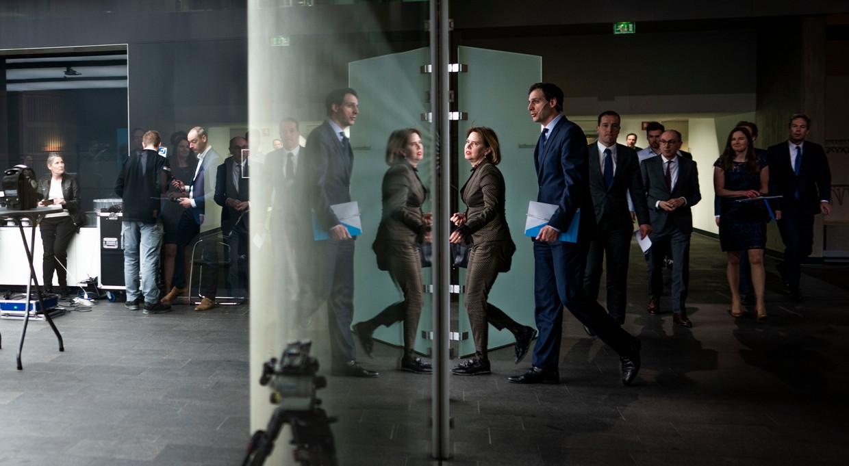 Ministers Wopke Hoekstra van Financiën en Cora van Nieuwenhuizen van Infrastructuur en Waterstaat voor de aanvang van de persconferentie op het ministerie van Financiën. Beeld null