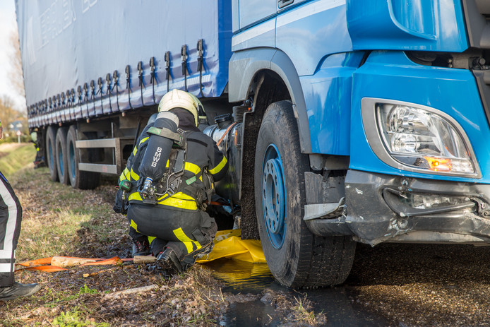 Vrachtwagenchauffeur laat spoor van vernielingen achter.