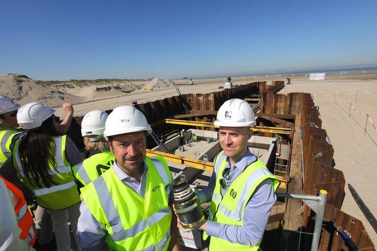 Schepen Pablo Annys en ingenieur Bart Goethals op de plek waar de kabel vandaag aan land gaat.