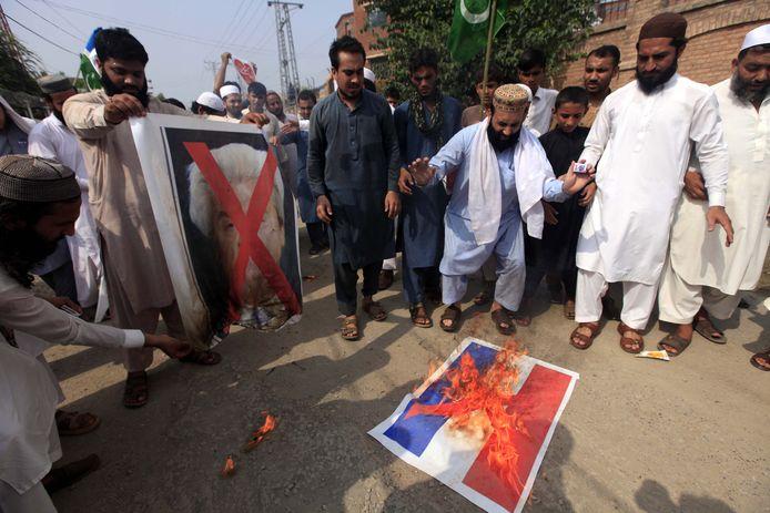 Pakistani verbrand een foto van de Nederlandse vlag tijdens protesten tegen de cartoonwedstrijd van Wilders.