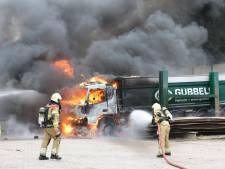 Twee vrachtwagens uitgebrand bij bedrijf in Helvoirt: 'Schade loopt in de tonnen'