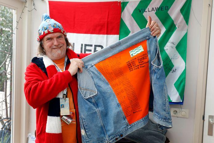 Ruud Wienke toont trots een spijkerjack met de schaatstoernooien waar hij toeschouwer was. Foto roel dijkstra