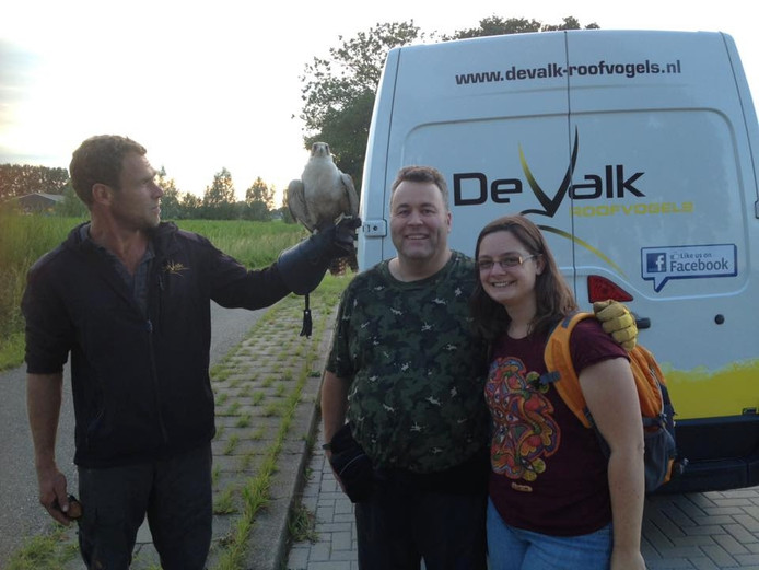 Gerard van den Brink met de sakervalk op zijn arm. Rechts tipgever Edwin Donders en mede-scout Karina Wubben.