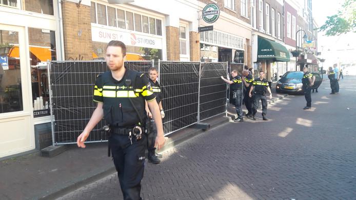 De politie zet na de schietpartij de Peperstraat af.