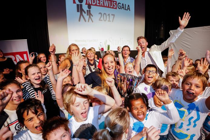 Omringd door haar pupillen werd Noortje van Hulst van de Apollo in Prinsenbeek verkozen tot lerares van het jaar in de categorie basisonderwijs. Foto: Marcel Otterspeer / pix4profs
