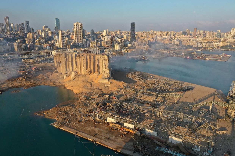 De haven van Beiroet ligt in puin nadat daar woensdagmiddag een partij ammoniumnitraat tot ontploffing kwam.   Beeld AP