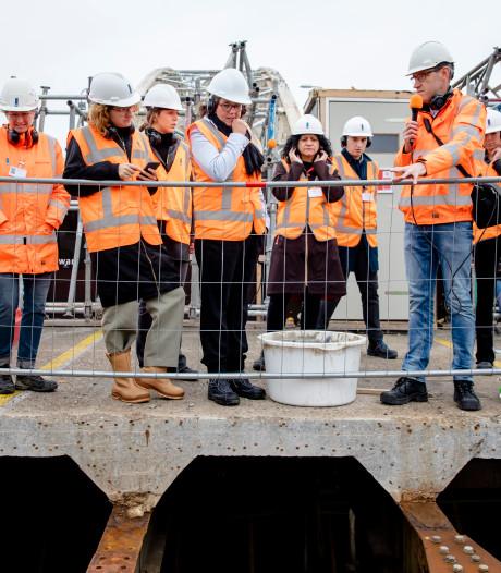 Staatssecretaris van Ark ziet: zo haalt Nijmegen die kankerverwekkende verf van Waalbrug af