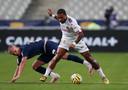Memphis Depay troeft Mitchel Bakker af in een duel tijdens de finale van de Coupe de la Ligue.