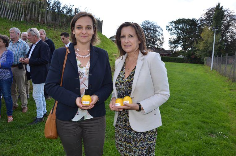 Lena Van Boven (rechts) samen met Barbara Pas, de Oost-Vlaamse lijsttrekker van het Vlaams Belang voor de Kamer.