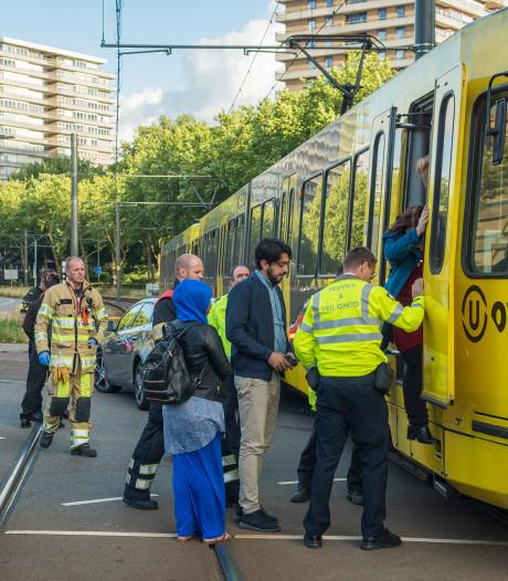 Auto botst op sneltram aan Beneluxlaan in Utrecht