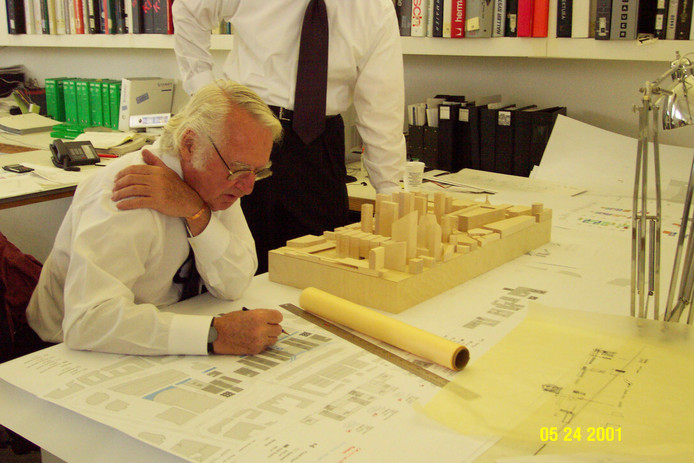 Richard Meier werkt aan een ontwerp in 2001