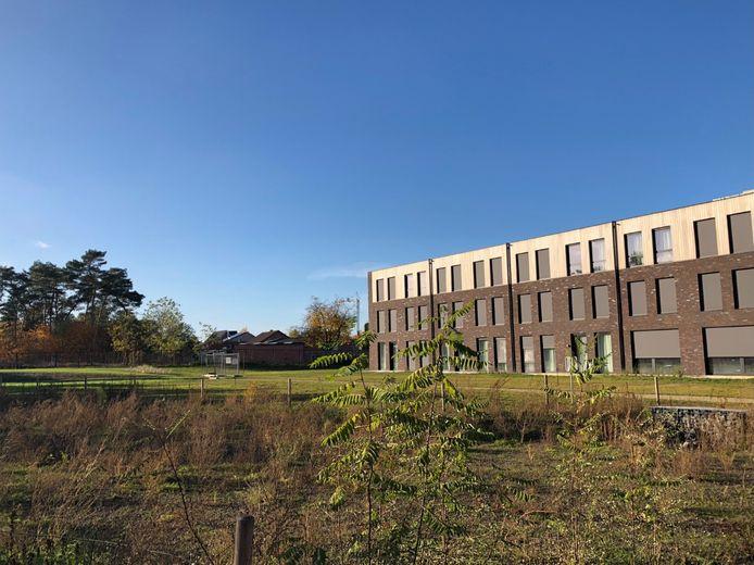 De tuin van het woonzorgcentrum wordt omgevormd tot een natuurlijke belevingstuin.