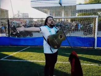 """Heerlijke beelden. Argentijnse zanger en dolle fans begeleiden Maradona naar laatste rustplaats: """"Diego! Diego!"""""""