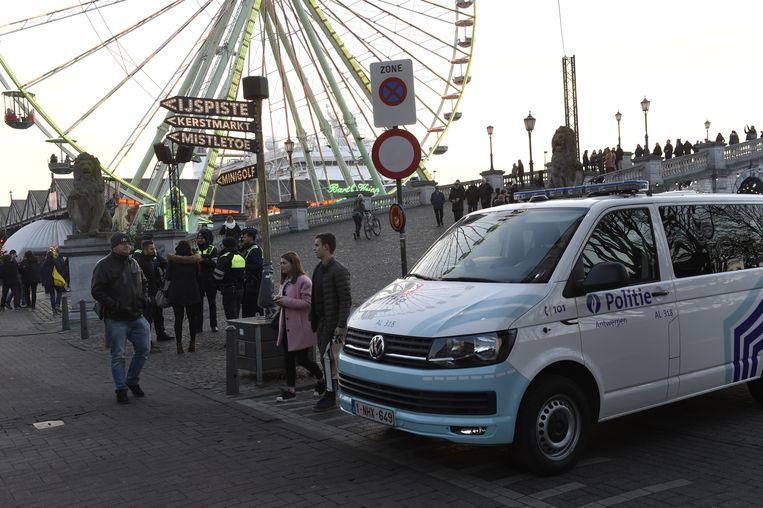 Een politiecombi blokeert de toegang naar de kerstmarkt.