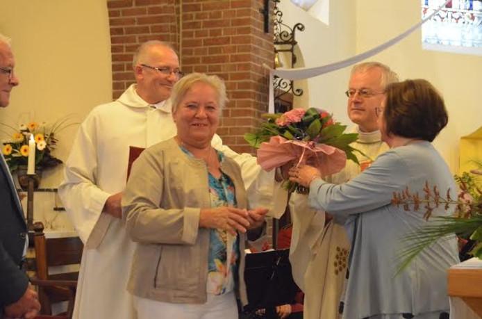 Ria Bekke krijgt de Willibrordplaquette tijdens het Plechelmusfeest in De Lutte.