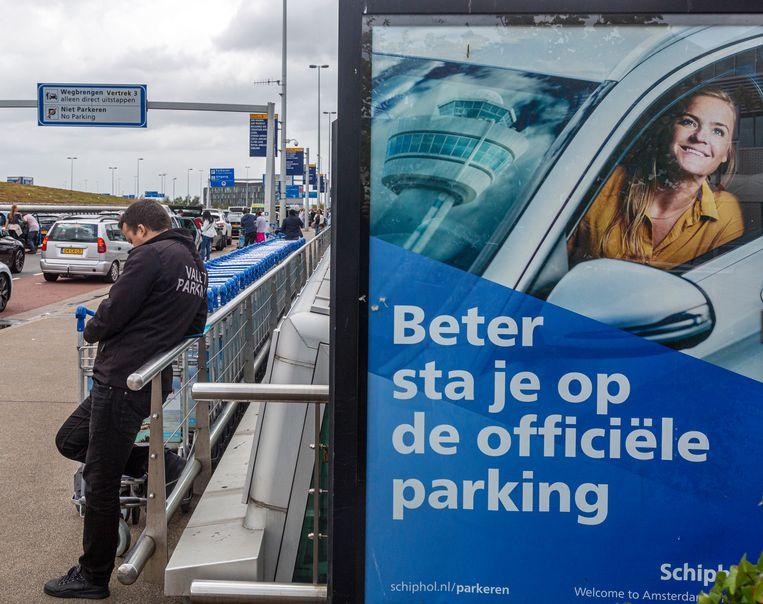 Een bord van Schiphol parking roept op tot het parkeren van auto's op het terrein van Schiphol en niet in zee te gaan met valet parkeer service bedrijfjes.