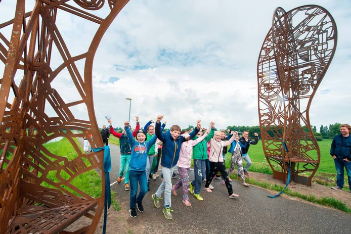 Na het doorknippen van het lint mochten de kinderen als eersten door het kunstwerk heen lopen. Foto René Schotanus/Pix4Profs