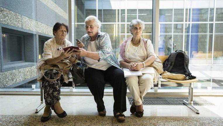 Moeders van Srebrenica in de rechtbank na de uitspraak. Beeld anp