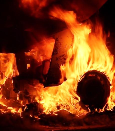 Bestelbus volledig verwoest door autobrand langs A1 bij Deurningen