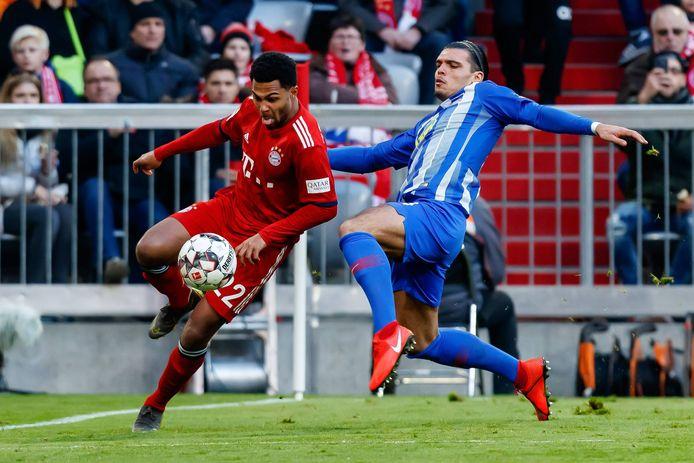 Als verdediger van Hertha BSC gaat Karim Rekik er stevig in bij Bayern München-aanvaller Serge Gnabry.
