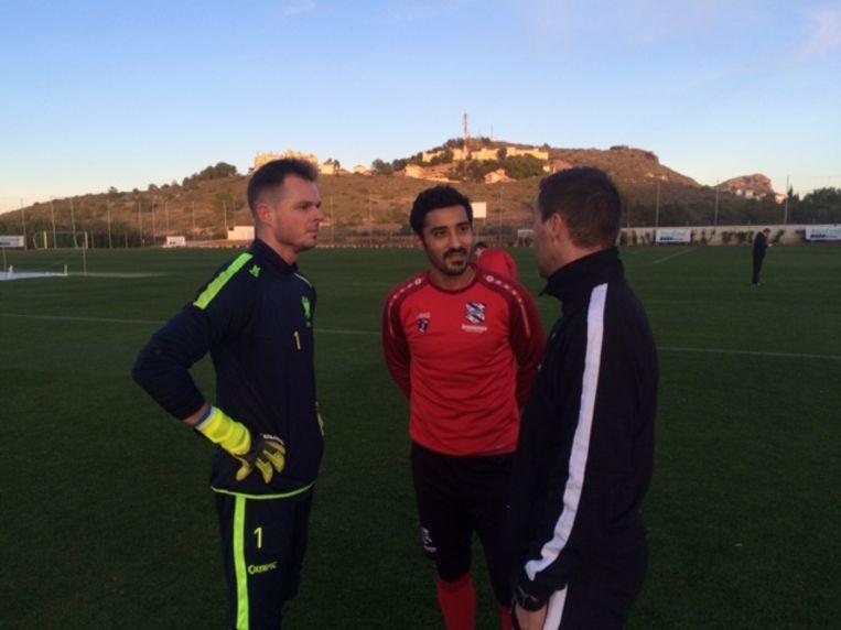 Reza in gesprek met Steppe (links) en Delorge.