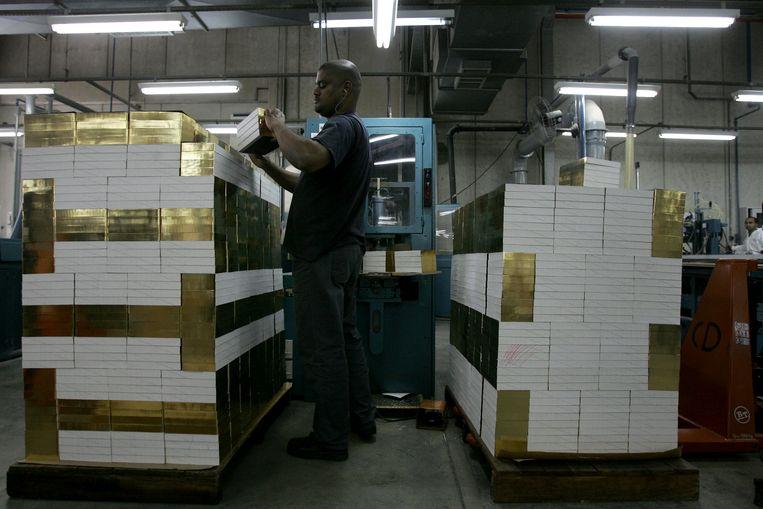 Een man controleert pas gedrukte bijbels in Barueri, Brazilië.   Beeld AFP