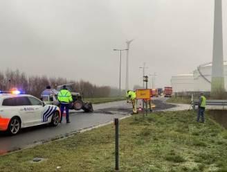 Wagen en vrachtwagen lopen schade op nadat ze over verloren lading kiezelstenen rijden