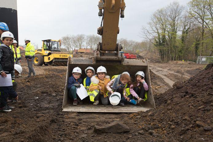 Schoolkinderen bezoeken de werken aan de Torenlaan in Genk
