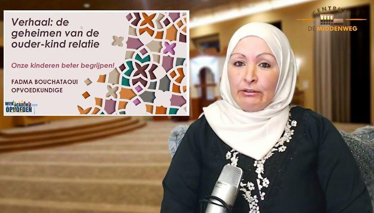 Opvoedkundige Fadma Bouchataoui vertelt in haar lezing dat de profeet Mohammed zijn kleinzoon gerust op zijn rug liet spelen tijdens het bidden. 'Zoveel respect had hij voor het spel van een kind.'  Beeld Screenshot Facebook