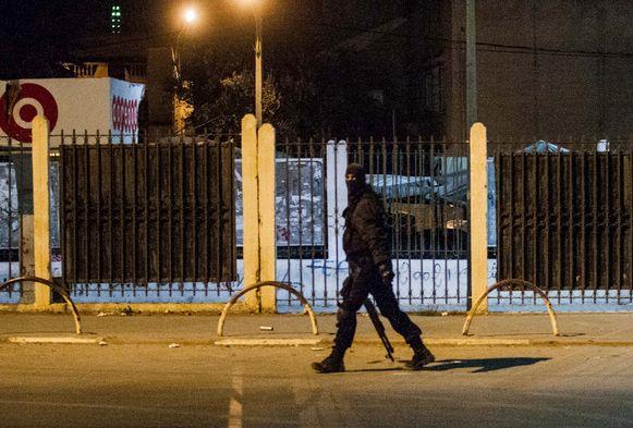 Een gewapende politieman patrouilleert in Tunis.