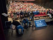 Rode pluche van tribune theaterzaal Stroud heeft eerste billen gedragen