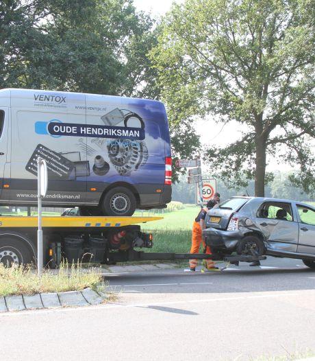 Bedrijfsbus en auto in de prak na botsing in Laag Zuthem: bestuurster gewond afgevoerd
