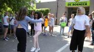 Leerlingen dansen sirtaki met internationale bezoekers