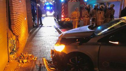 Auto rijdt (opnieuw) tegen gevel van appartement in Kasteelstraat