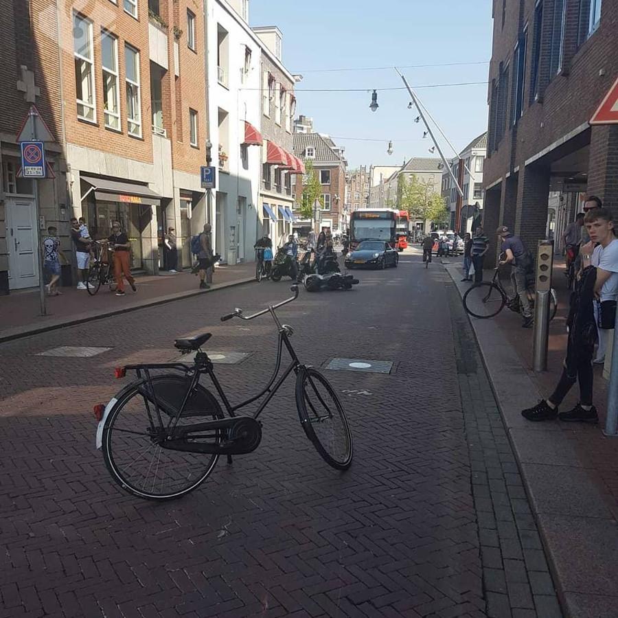 Op de Visstraat in Den Bosch raakte zondagmiddag een 15-jarige jongen uit Vught zwaargewond nadat hij werd aangereden door een bromfietser. De verdachte ging er in een auto vandoor.