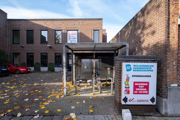 De Gemeente Bornem levert pakjes van lokale handelaars vanuit het voormalige Postgebouw in de Boomstraat