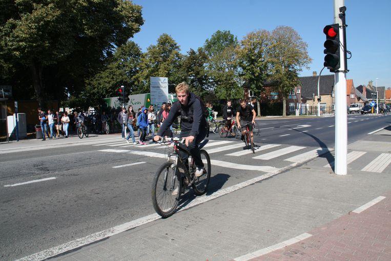 Wanneer de voetgangers het zebrapad tot aan de toegangspoort volgen, hinderen ze de links afslaande fietsers niet.
