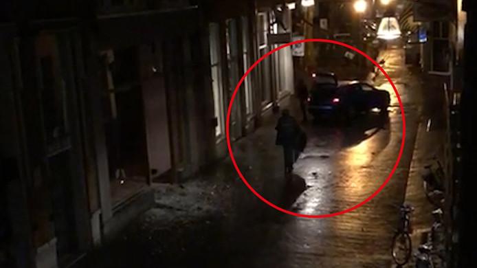 Een van de daders loopt heen en weer tussen de vluchtauto en de kledingwinkel in Deventer.