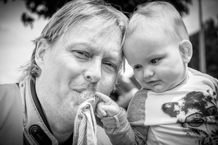 Door zijn zoontje vindt Niels (45) het geluk terug. Twee uur nadat deze foto is genomen, verongelukt de jonge vader.