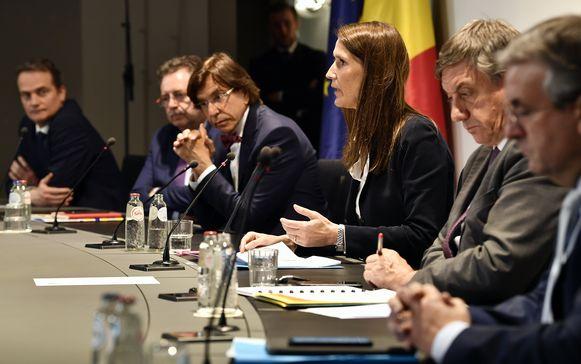 De Nationale Veiligheidsraad tijdens de persconferentie van 13 mei.