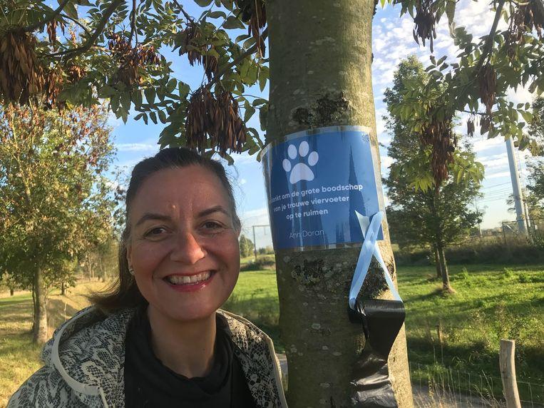 Ann Doran verspreidt poepzakjes met een boodschap langs wandelroutes in Lebbeke.