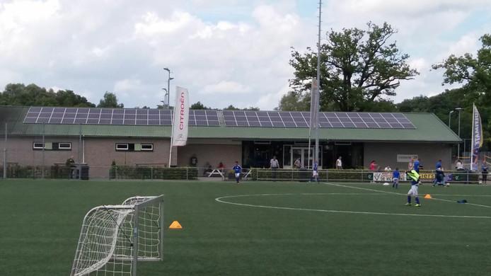 Zonnepanelen bij Victoria'28. De Voetbalclub krijgt 28.000 euro subsidie over een periode van 15 jaar.