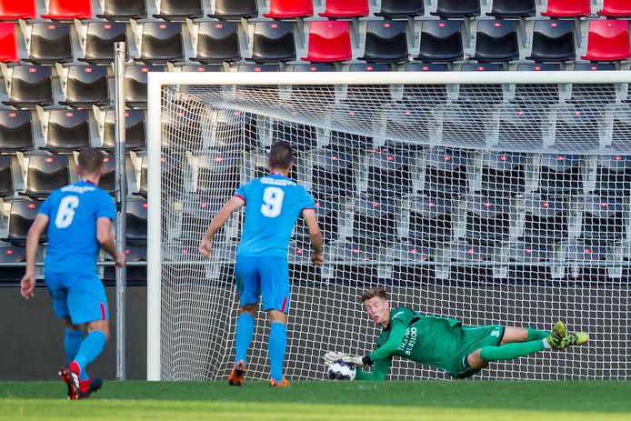 Jong GA Eagles-keeper Mark Spenkelink (r) pakt de penalty van Jong FC Twente-speler Tim van de Schepop (m) klemvast