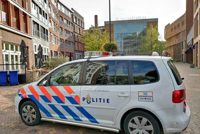 De politie bij de Cultuurfabriek in Veenendaal na de vondst van een verdacht pakketje.