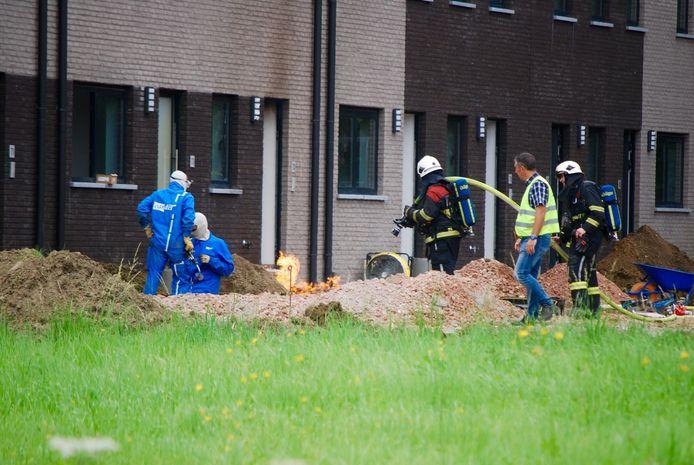 De brandweer liet de steekvlam aan de gasleiding gecontroleerd branden tot de gas werd afgesloten.