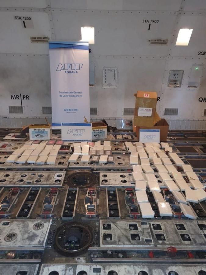 Op de internationale luchthaven Ezeiza, nabij Buenos Aires in Argentinië, is woensdag tijdens een douaneactie ruim 80 kilo cocaïne aangetroffen in het ruim van een vliegtuig dat vloog voor Martinair Holland.